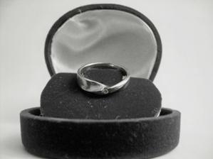 a to je zásnubní prstýnek...