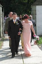 ... tady už vede maminka ženicha do kostela ...
