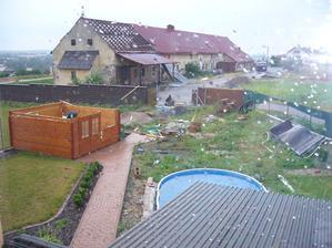 pohled druhý den ráno na zahradu