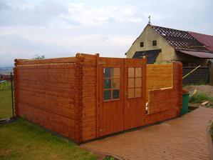 bohužel.... odneslo nám to střechu zahradního domečku