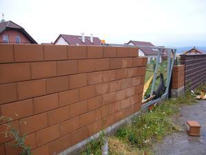 střecha domečku narazila do brány a ta se opřela o zeď a z půlky je vyvrácená