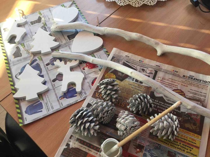 Dřevěné ozdoby jsem natřela na bílo, už jen provazkem vše zavěsím na klacíky a bude hotovo 👍