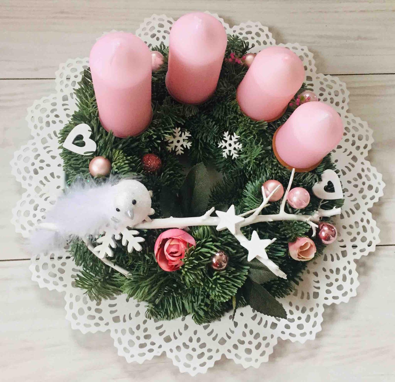 Miluji tvořit - Jako každý rok jsem udělala věnec pro tchýňku, koupila si růžové svíčky, takže volba barvy byla na ni 👍