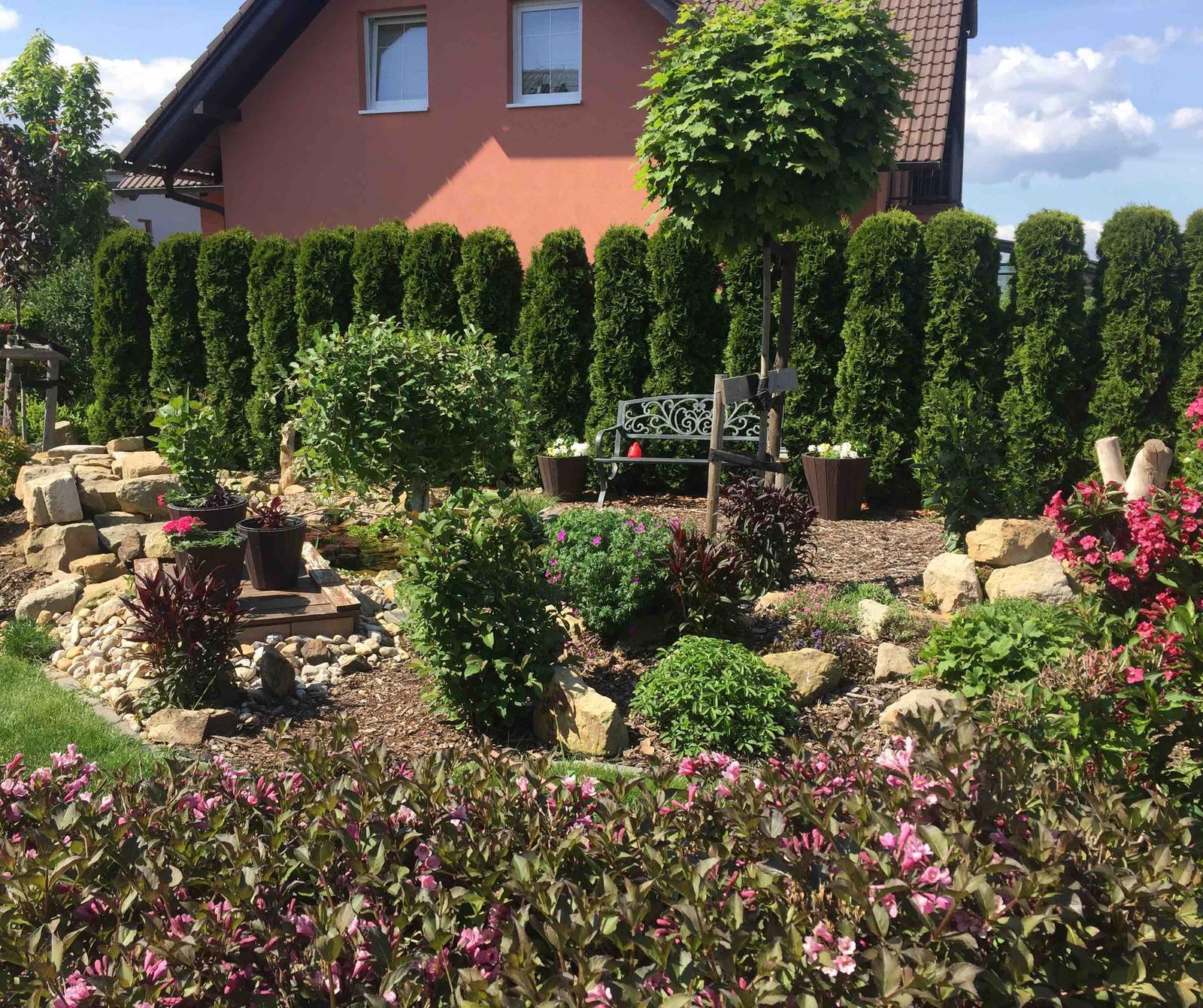 Naše barevná zahrada 🌸 - Pohled na lavičku