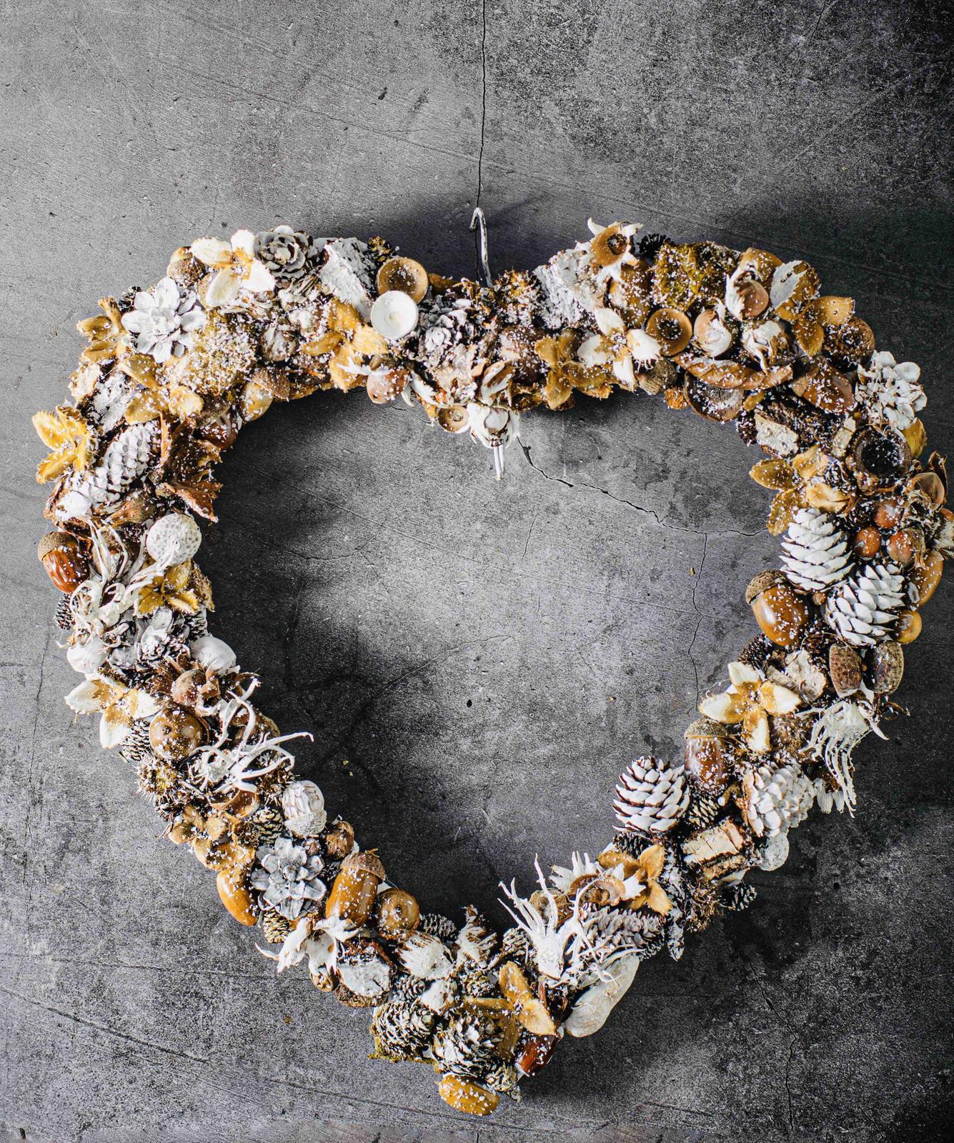 Miluji tvořit - Základ srdce jsme měla z Kiku, vše přilepené tavnou, nějaké části natřené bílou, posypáno umělým sněhem a stříknuto lakem 🤗