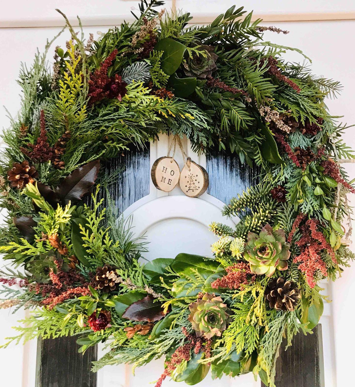 Miluji tvořit - Zatímco doma adventní věnec úplně suchý, tento krasavec na dveřích stále drží svoji barevnost a čerstvost 🤗