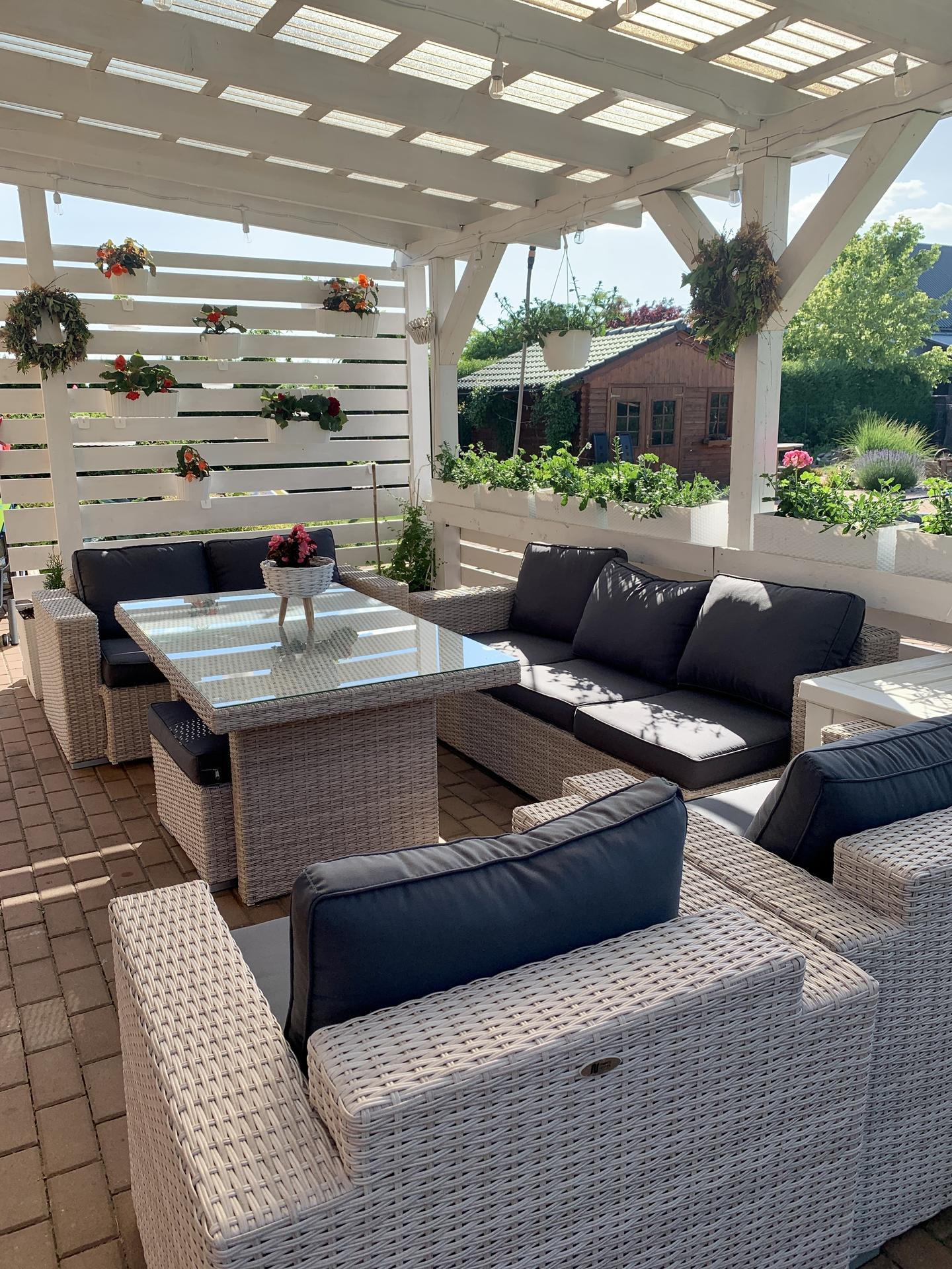 Naše barevná zahrada 🌸 - Abychom si to nové sezení ještě více zpříjemnili, tak tam manžel vymyslel ze dřeva zástěnu 👍 hned jsme ji osázeli. Ve stínu begonie…