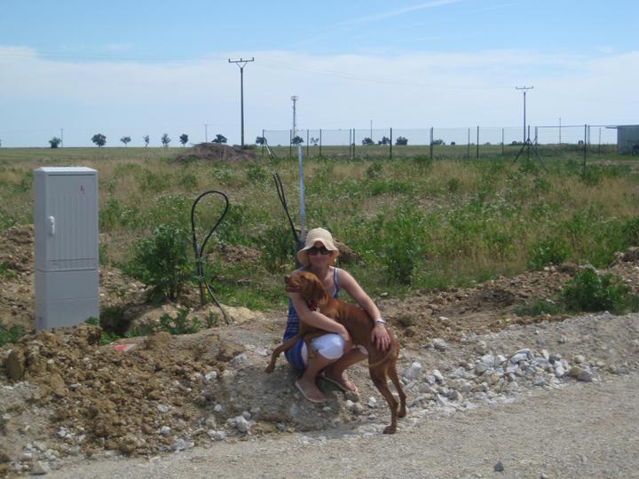 Pozemok - Moja krajsia polovicka s nasou Nikitou pred pozemkom:)
