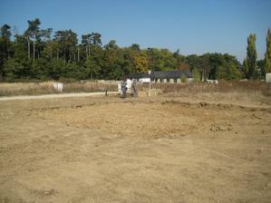 vykop pre dosku pod domom hotovy, prace sa presunuli na zahradny domcek