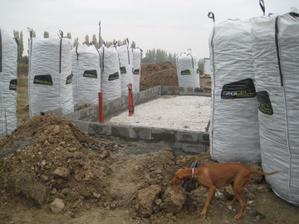 tretí den. betonáž betonových tvaroviek. Nikita odprevádza posledného hraboša z pozemku