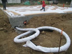 vývod drenážky zabalenej v geotextílii a otvor pre dažďovú kanalizáciu.