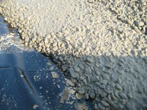 ...drátkobetón. Takýto betón vám dodá momentálne len Holcim. V doske hrúbky 30cm sme nemuseli položiť ani gram klasickej výstuže. Všetky ťahy preberajú práve tieto drátky, ktoré sú rozmiešané rovnomerne v celej hmote betonu.