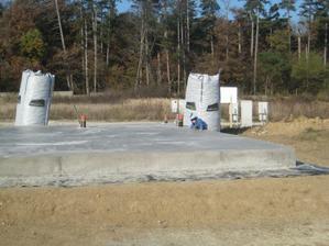 Druhý deň po betonáži, šalung dolu a synator hore. Všetky hry idú teraz bokom, nasleduje skúška tvrdosti betónu:)