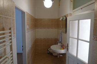 původní koupelna a wc