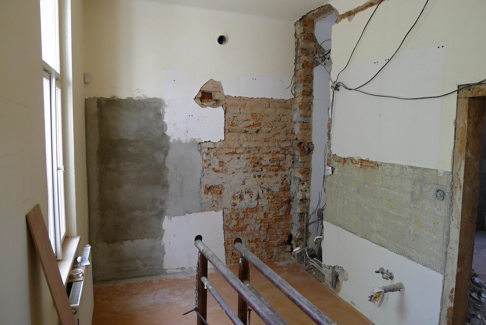 Rekonstrukce našeho domečku - příčka vpravo se zbourá a kuchyň bude propojená s obývací částí