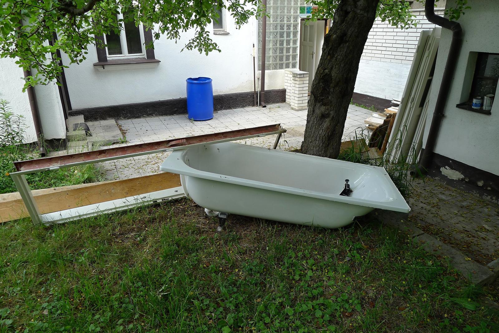 Rekonstrukce našeho domečku - zahrada se pomalu začíná měnit ve skládku....