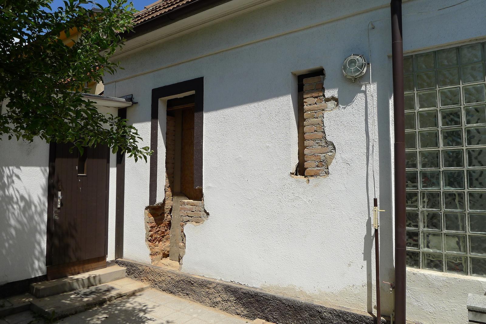 Rekonstrukce našeho domečku - dveře přijdou pryč a místo dvou malých okýnek bude velké okno a balkonové dveře...můj sen