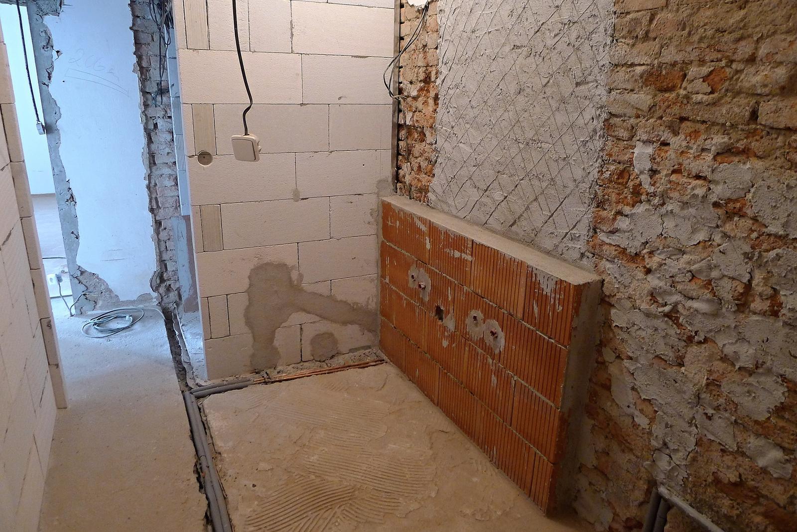 Rekonstrukce našeho domečku - koupelna - sokl před umyvadlovou skříňku