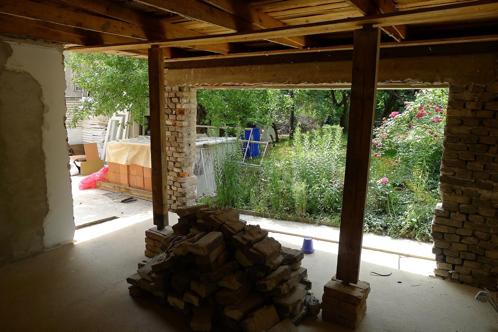 Rekonstrukce našeho domečku - postupně bouráme letní pokoj