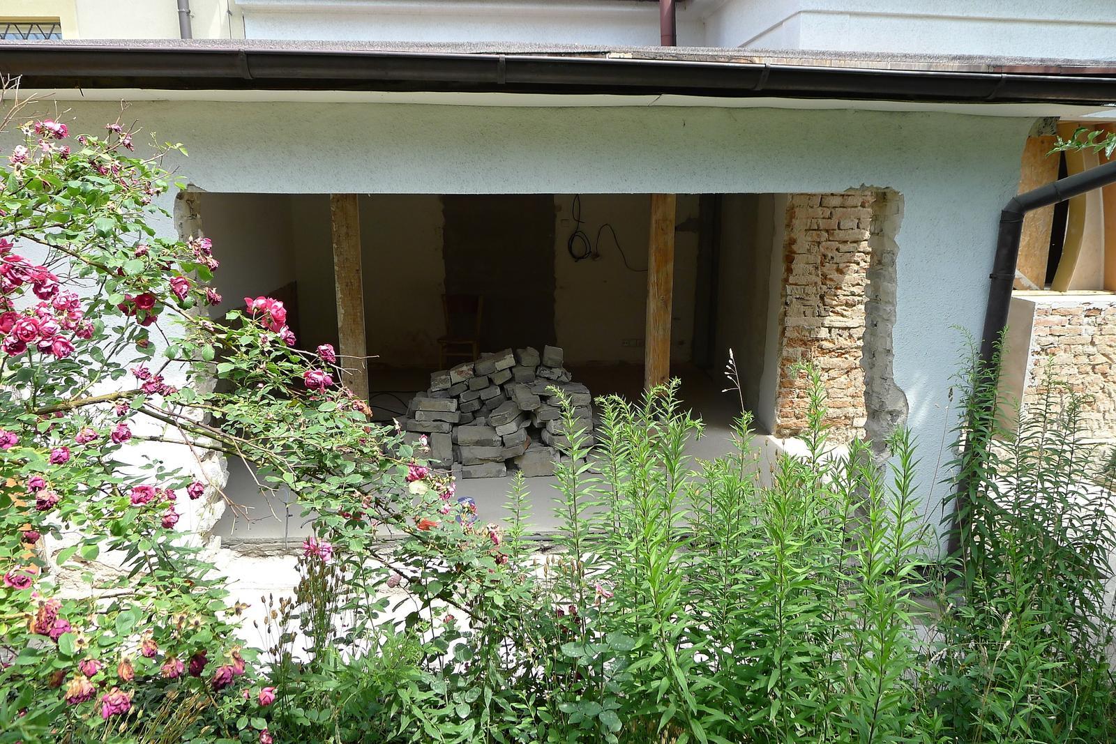 Rekonstrukce našeho domečku - a stále se bourá...