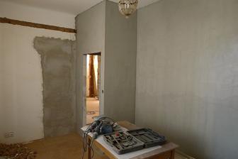 nové zdi v ložnici natažené lepidlem