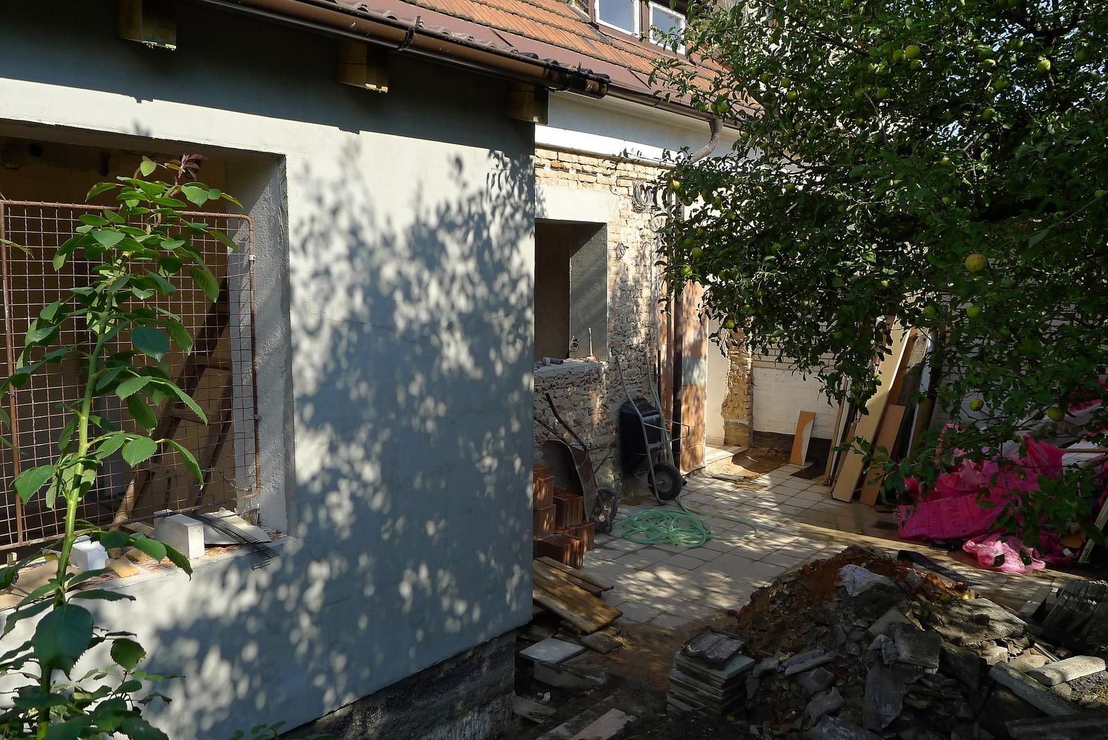 Rekonstrukce našeho domečku - a dvoreček se postupně plní vším možným...a protože máme řadovku, vše se pěkně musí provézt chodbou na druhou stranu :O(