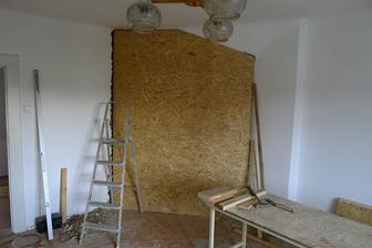 jeden z nejnáročnějších kroků naší rekonstrukce - příčka mezi obývákem a kuchyní byla prostavěná až do prvního patra, takže jsme museli odlehčit příčky v patře a udělat speciální podpěrnou konstrukci...