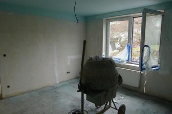 dětský pokoj - vymalovaný strop (tady to vypadá zatím děsivě :o)
