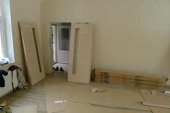 a už se montují dveře :o)