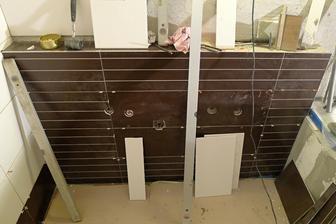sokl v koupelně za umyvadlovou skříňkou