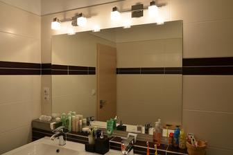 konečně zrcadlo v koupelně