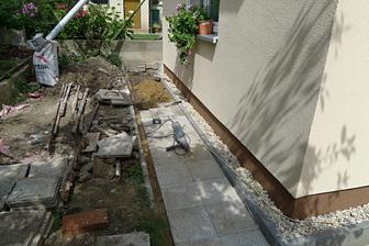 provizorní oprava chodníčku, dvoreček a obruby trávníku musí počkat :O)