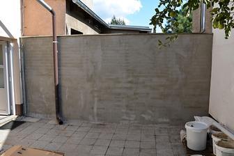 zbyla fasáda, tak natáhneme i na ošklivou zeď k sousedům :o)