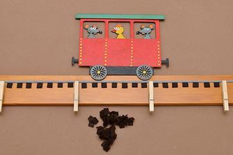 vyrábíme koleje a zároveň držák na obrázky pro děti :o)