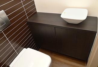 Tak skříňka na WC konečně hotová, umyvadlo ale zatím jen položené, hledáme tu správnou baterii. Nějaký zajímavý návrh? :o) Umyvadýlko má 11 cm na výšku, baterie nesmí být příliš vysoká, aby necákala zbytečně voda...