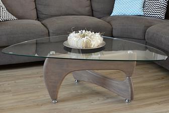 tak stoleček už má nové dřevěné nohy. Takto to dopadne, když se slavný coffee table japonského designéra dostane do spárů polských výrobců a český truhlář mu udělá pořádné nohy. Ve skutečnosti vypadá mnohem lépe :o) jak jinak... :o)