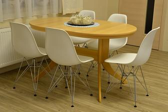 nové židle, mám radost :o) na nový stůl z masivu si ale ještě počkám, děti tu stále něco lepí a malují...