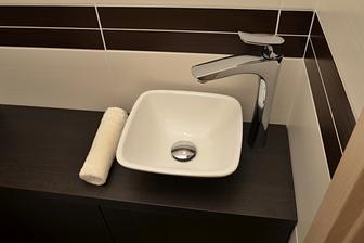 zapojená baterie a umývátko na wc :o) tak ještě něco pěkného na mýdlo a na ručník a bude hotovo..