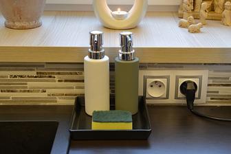 bílý na mycí prostředek a šedý na mýdlo