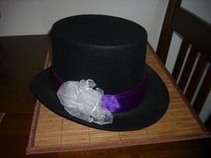 Tak jsem si dneska hrála a připravila klobouk na auto ženicha....