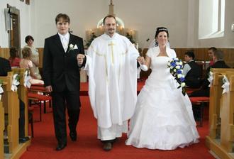 Pan kaplan nas predstavil ako manzelov.