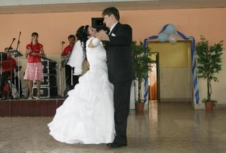 Prvy manzelsky tanec bol krasny.