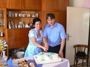 Krajanie svadobnej torty na druhy den,aj ked unaveny ale stastny.
