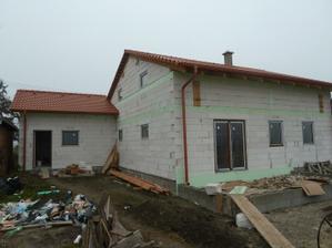 garaz aj dom - vsetky okna aj dvere osadene :-)