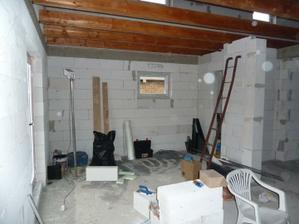 pohlad z obyvacky smerom na kuchynu. v pravo vchod do komory. Nejake to je male na fotke...