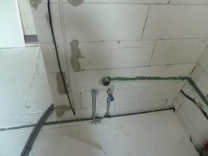 druha cast kupelky. pritok a odtok pre umyvadlo