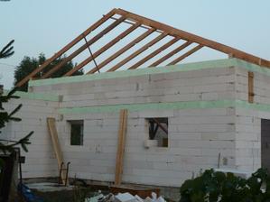 povodne mal byt dom postaveny po ten spodny veniec, tie zvysne 4 rady + veniec su sucastou nadstavby