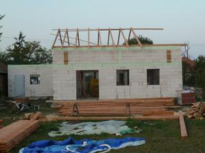 dom mal vyzerat tak, ze vyska mala byt po prvy veniec (zeleny pas) + strecha tak ako ju mame. to je povodna vyska z projektu. My mame navysenie o vrchne poschodie.