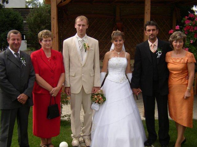 Andrea Gajdošová{{_AND_}}Marek Fraňo - po pýtaní fotenie s rodičmi na záhrade