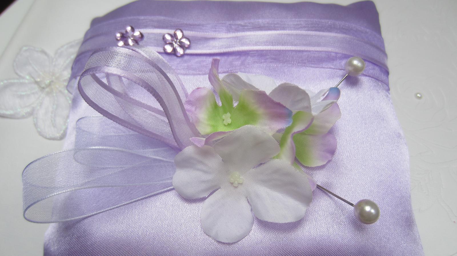 Světle fialkový polštářek pod prstýnky - Obrázek č. 1